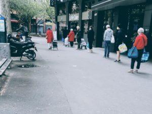 2020年コロナの影響でフランスのスーパーに並ぶお客さんの待ち行列